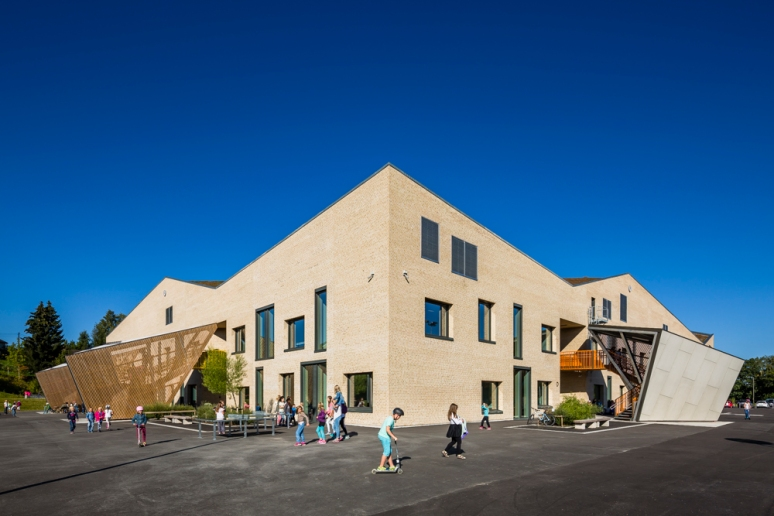 Angular facade of Hegg Skole, Oslo, designed by L2 Arkitektur, photographed by Hundven-Clements Photography